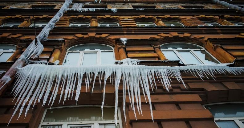 О безопасном поведении во время падения снега и сосулек с крыш зданий