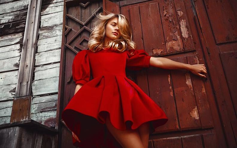 Огонь фламенко: красное платье как часть повседневного стиля