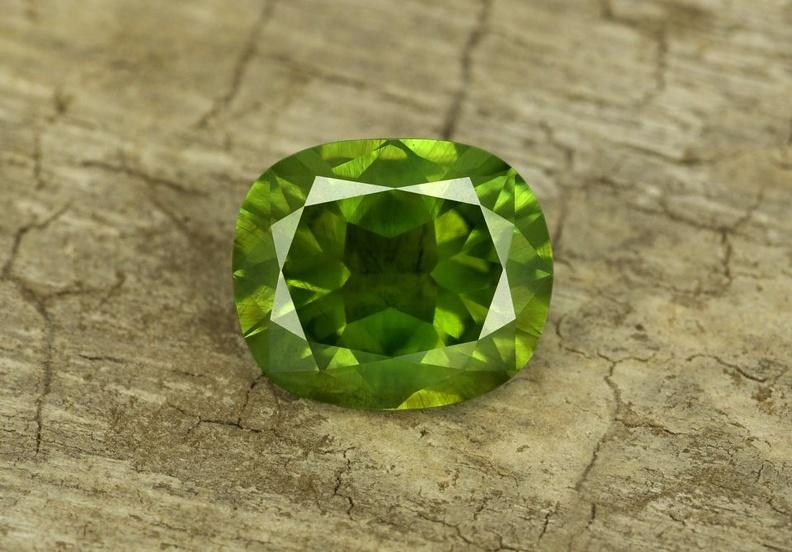 Какими свойствами обладает зелёный гранат