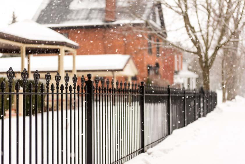 Установка забора зимой: выгода, которую не стоит упускать