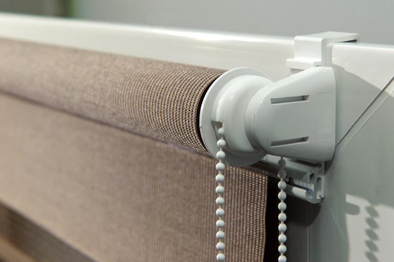 Как обустроить частный дом: выбираем рулонные шторы и секционные ворота